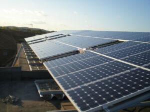 Solarmodule fachgerecht montiert auf den Stahl-Unterkonstruktionen.